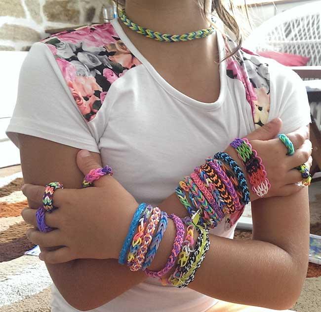 bracelet en élastiques sur une fille